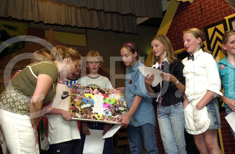 060718, ommen, ned,<br /> overhandiging wat kinderen van groep 8 gedaan heeft om nieuwe gym spullen te krijgen,<br /> fotografie frank uijlenbroek&copy;2006 sanderuijlenbroek
