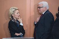 13 JAN 2016, BERLIN/GERMANY:<br /> Ursula von der Leyen (L), SPD, Bundesverteidigungsministerin, und Frank-Walter Steinmeier (R), SPD, Bundesaussenminister, im Gespraech, vor Beginn einer Kabinettsitzung, Budneskanzleramt<br /> IMAGE: 20160113-01-014<br /> KEYWORDS: Kabinett, Sitzung, Gespr&auml;ch