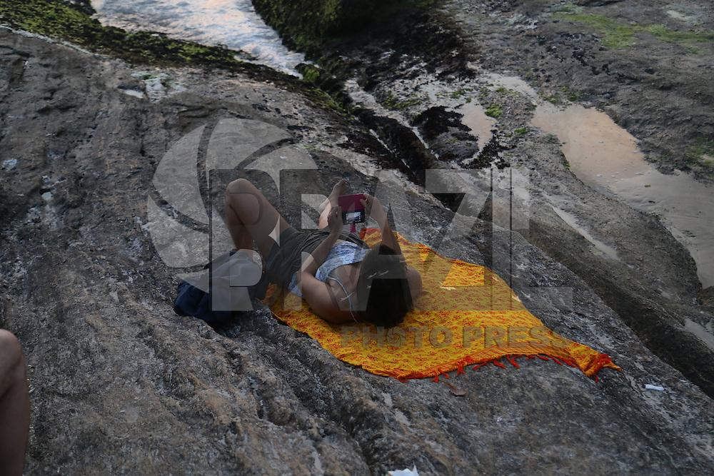 RIO DE JANEIRO, RJ - 04.02.2016: CLIMA-RJ - Populares assistem ao pôr do sol na tarde desta quinta-feira (04) na pedra do Arpoador, na zona sul do Rio de Janeiro. (Foto: Vanessa Carvalho/Brazil Photo Press)