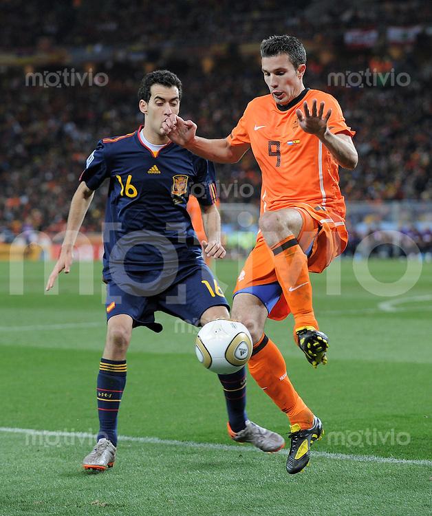 FUSSBALL WM 2010  FINALE   11.07.2010 Holland - Spanien Sergio BUSQUETS (li, Spanien) gegen Robin VAN PERSIE (re, Holland)