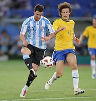 FUSSBALL   INTERNATIONAL   Testspiel  in  Doha  17.11.2010 Argentinien - Brasilien Gonzalo HIGUAIN (li, Argentinien) gegen David Luiz (Brasilien)