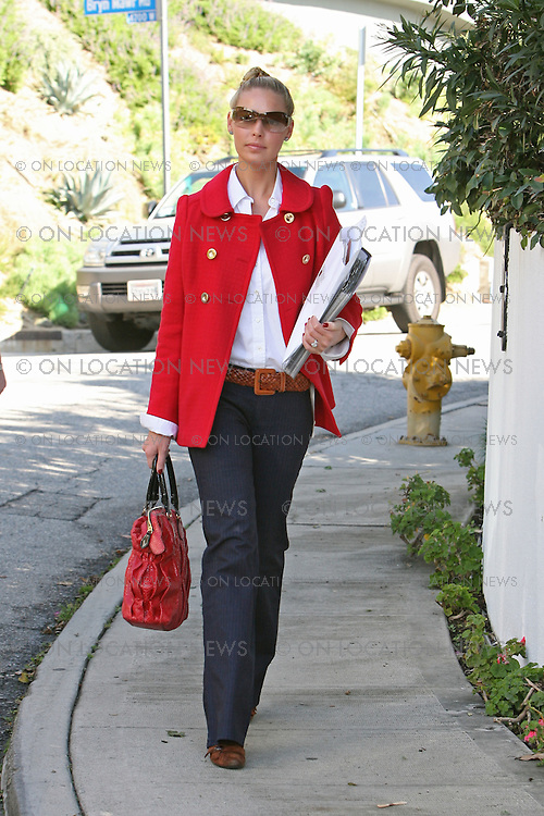 LOS ANGELES, CALIFORNIA - Friday 11th January 2008. NON EXCLUSIVE: Newly wed Katherine Heigl carries samples to the house of a friends. Heigl is currently remodeling her new house while she has time on her hands during the Writers strike. Photograph: David Buchan/On location News. Sales: Eric Ford 1/818-613-3955 info@OnLocationNews.com..