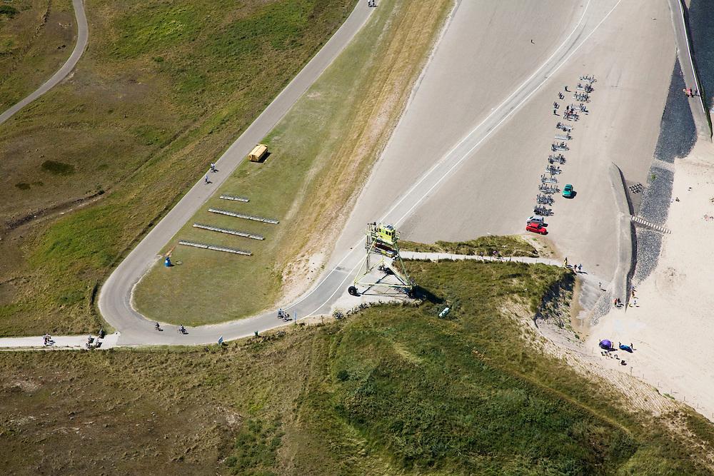 Nederland, Noord-Holland, Petten, 14-07-2008; begin van Hondsbossche zeewering, heet officieel Pettemer zeewering; het gele voertuig is 'de wesp', onderzoeksvoertuig voor de kust en starnd van Rijkswaterstaat (Water en Strand Profiler - WESP); de dijk is aangelegd als zeewering nadat de oorsrponkelijke duinen weggeslagen waren; door erosie kalven de duinen langs de kust steeds verder af, de dijk steekt daardoor steeds meer uit in zee; storm, Noordzee, Hondsbosse, duin, dijklichaam, zand suppletie, zeespiegelstijging, zwakke schakel, kust, duin, strand, kustonderhoud, gevaar, bescherming, kustverdediging. .luchtfoto (toeslag); aerial photo (additional fee required); .foto Siebe Swart / photo Siebe Swart