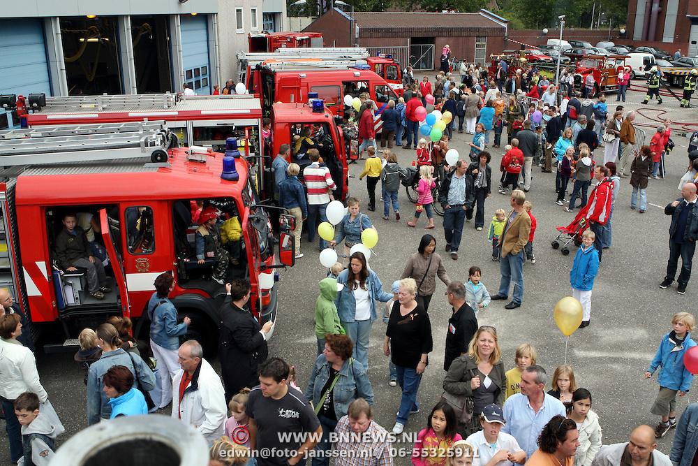 NLD/Huizen/20070908 - Huizerdag 2007, overzicht binnenterrein Huizer brandweer