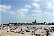 Nederland, Nijmegen, 15-7-2013 Recreatie, ontspanning, cultuur en theater op het festival het eiland, the island, op het waalstrand tegenover de stad aan de rivier Waal tijdens de zomerfeesten . De vierdaagsefeesten zijn het grootste evenement van Nederland. Foto: Flip Franssen