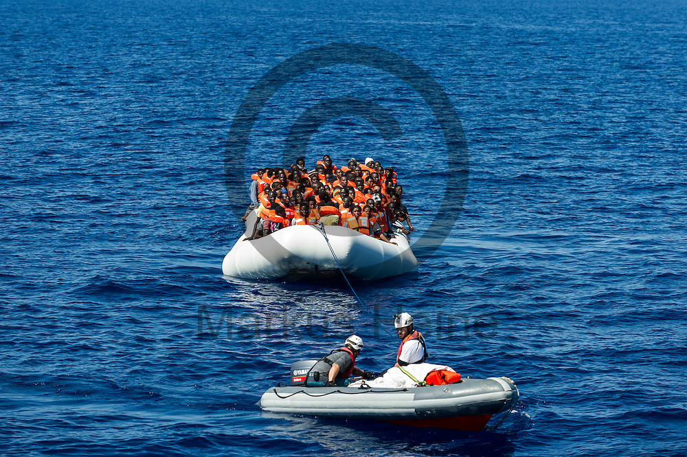 Ein RIB (Schlauchboot) zieht am 22.09.2016 ein Boot mit 199 Fluechtlingen in internationalen Gewaessern vor der libyschen Kueste in Richtung des Fluechtlingsrettungsboot Sea-Watch 2 . Foto: Markus Heine / heineimaging<br /> <br /> ------------------------------<br /> <br /> Veroeffentlichung nur mit Fotografennennung, sowie gegen Honorar und Belegexemplar.<br /> <br /> Publication only with photographers nomination and against payment and specimen copy.<br /> <br /> Bankverbindung:<br /> IBAN: DE65660908000004437497<br /> BIC CODE: GENODE61BBB<br /> Badische Beamten Bank Karlsruhe<br /> <br /> USt-IdNr: DE291853306<br /> <br /> Please note:<br /> All rights reserved! Don't publish without copyright!<br /> <br /> Stand: 09.2016<br /> <br /> ------------------------------
