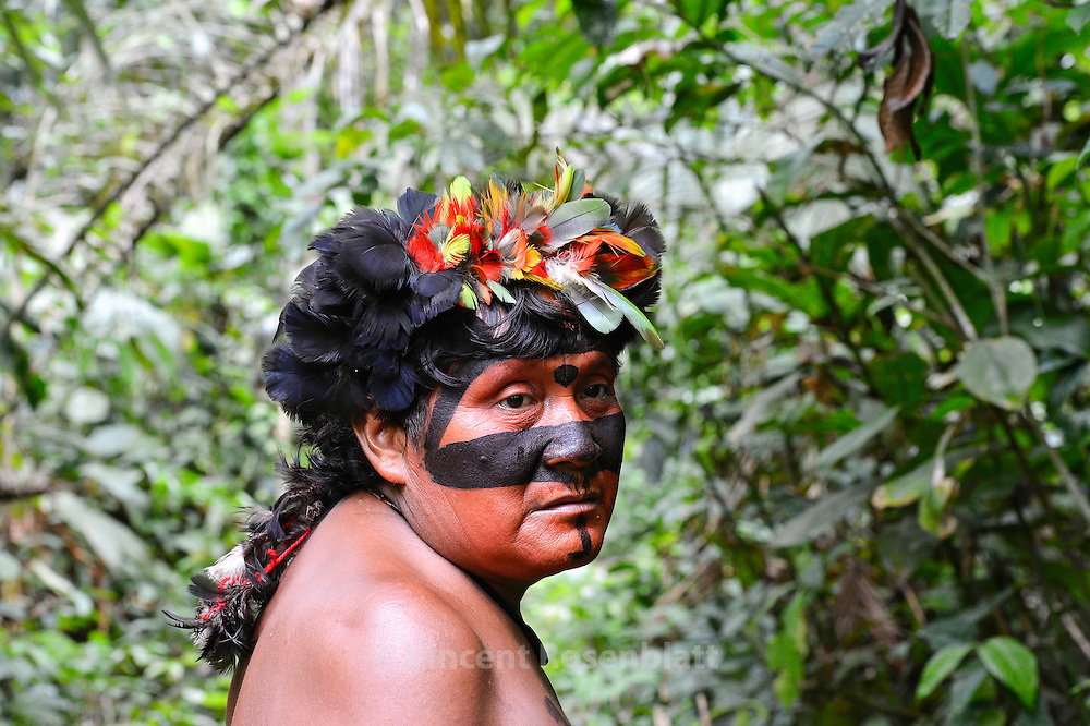 Raimundo, married to the daughter of the famous elder and hunter Justino, founded a new village close to Watoriki witch is getting crowded. He also have his own wealthy plantation of Banana, Manioc among others. As Davi Kopenaza, Raimundo is zorried about the whites entering Yanomami Territory.