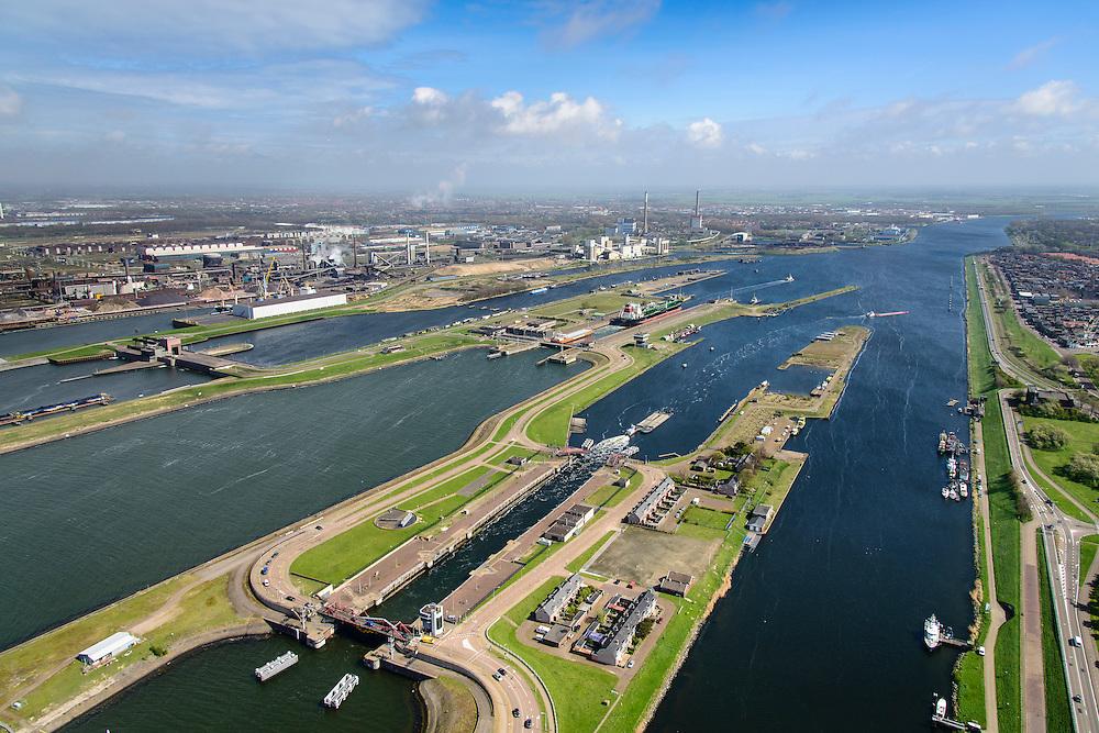 Nederland, Noord-Holland, Gemeente Velsen, 09-04-2014; Noordzeekanaal met sluizen IJmuiden. Noordersluis en Middensluis (voorgrond). In de achtergrond spuisluis en Tata Steel (voorheen Corus, Hoogovens).<br /> Entrance Noorzee-channel with locks and Tata Steel (left).<br /> luchtfoto (toeslag op standard tarieven);<br /> aerial photo (additional fee required);<br /> copyright foto/photo Siebe Swart