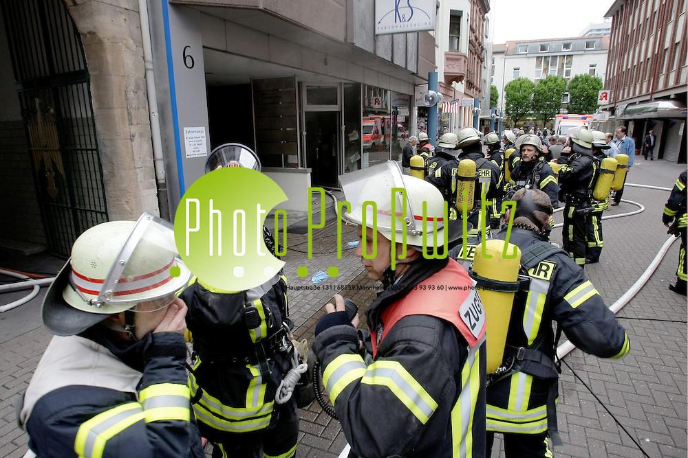 Ludwigshafen. Innenstadt. Amtsstrafle. Brand in einem Ladengesch&permil;ft. Am Mittag des 13.05.09 r&cedil;ckt ein L&circ;schzug der Berufsfeuerwehr zu einem Brand aus. In einem Laden, in dem Kinderbekleidung verkauft wird, ist ein Feuer ausgebrochen. Die Polizei sperrt den kompletten Straflenzug und l&permil;sst das Geb&permil;ude evakuieren. Einige B&cedil;ros und weitere Gesch&permil;fte sind durch Rauch und Russ nicht begehbar.  <br /> <br /> <br /> Bild: Markus Proflwitz / masterpress /  <br /> <br /> ++++ Archivbilder und weitere Motive finden Sie auch in unserem OnlineArchiv. www.masterpress.org oder &cedil;ber das Metropolregion Rhein-Neckar Bildportal   ++++