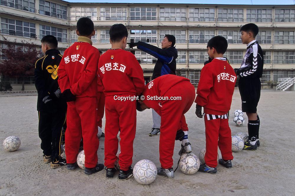 Football in south korea///Football en coree du sud///Public school in Tongmyong , football training for young  girls ans biys  Séoul  Korea   École publique TONGmyoung; Football entraînement des jeunes, garcons et filles  Séoul  coree  ///R20136/    L0006900  /  P105235