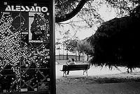 Reportage sviluppato ad Alessano (LE). Viene presa in considerazione fotograficamente, la gente che popola il paese nei suoi bar, piazze, strade, giardini pubblici. Ed, insieme a questa, i particolari e gli eventi caratterizzanti il luogo...frazione di Montesardo.un uomo siede su una panchina della piazza di Montesardo...