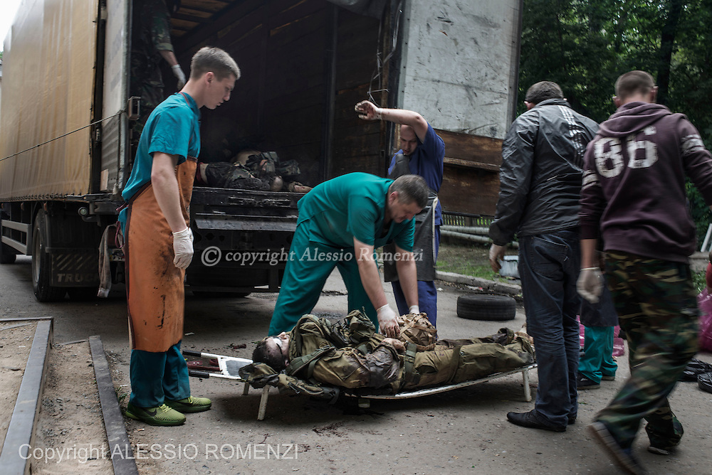 Ukraine, Donetsk: The bodies of pro-Russian gunmen killed in clashes with Ukrainian government forces around the airport are downloaded in front of a city morgue in Donetsk on May 27, 2014. ALESSIO ROMENZI