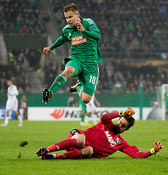 20.10.2016, Weststadion, Wien, AUT, UEFA EL, SK Rapid Wien vs US Sassuolo Calcio, Gruppe F, im Bild Louis Schaub (SK Rapid Wien), Andrea Consigli (US Sassuolo Calcio) // during a UEFA Europa League, group F game between SK Rapid Wien and US Sassuolo Calcio at the Weststadion, Vienna, Austria on 2016/10/20. EXPA Pictures © 2016, PhotoCredit: EXPA/ Sebastian Pucher