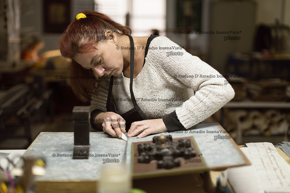 Carola Gottscher mentre restaura una cerniera interna dei piatti<br /> <br /> Carola Gottscher while restoring