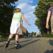 Nederland Nieuw-Lekkerland 13-07-2009 20090713 Foto: David Rozing ..Serie 3 gemeenten Graafstroom, Liesveld en Nieuw-Lekkerland. Meisjes skaten op Lekdijk op zomerse dag. Girls skating on sunny day sports sporting skate sportive People  enjoying sunny weather,          .Holland, The Netherlands, dutch, Pays Bas, Europe, health, healthy, sporting, girl, buitenleven, buitengebied   Foto: David Rozing