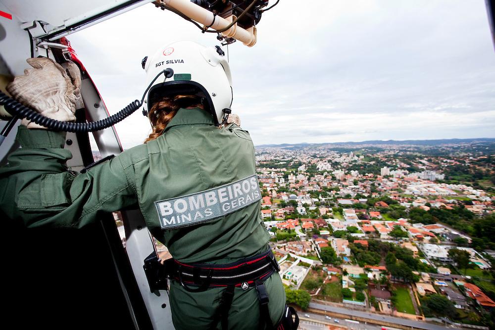Belo Horizonte_MG, Brasil...Sobrevoo dos bombeiros sobre Belo Horizonte, Minas Gerais...Helicopter of the fire department over Belo Horizonte, Minas Gerais. ..Foto: LEO DRUMOND / NITRO