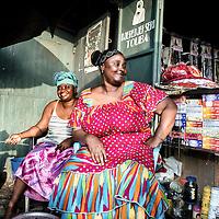 """24/07/2014. Conakry. Guinée Conakry. Bidonville de Coronthie. Camara Djenaba dite """"Bisou"""" et Fatoumata (à droite) attendent le couché du soleil pour la rupture du jeûne, elles vont passer la nuit à prier pour célébrer la Laïlat Al Qadr (nuit du 26ème au 27ème jour du Ramadan).  ©Sylvain Cherkaoui/Cosmos pour M le magazine du Monde"""