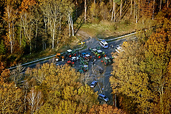 Luftaufnahme einer Straßenblockade durch Trecker der wendländischen Bauern im Vorfeld des Castortransports 2011.<br /> <br /> Ort: Gorleben<br /> Copyright: Andreas Conradt<br /> Quelle: PubliXviewinG