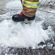 Foto: David Rozing Nederland Barendrecht 29 mei 2018 Wateroverlast door enorme hoosbuien clusterbui clusterbuien hoosbui. Brandweer pompt water uit ondergelopen winkelpand winkel weg. Via het riool afvoeren van water. Code Oranje