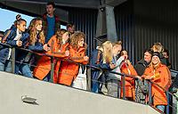 AMSTELVEEN - De selectie van de Oranje dames met coach Alyson Annan,   voor de tweede  Olympische kwalificatiewedstrijd hockey mannen ,  Nederland-Pakistan (6-1). Oranje plaatst zich voor de Olympische Spelen 2020.  COPYRIGHT KOEN SUYK