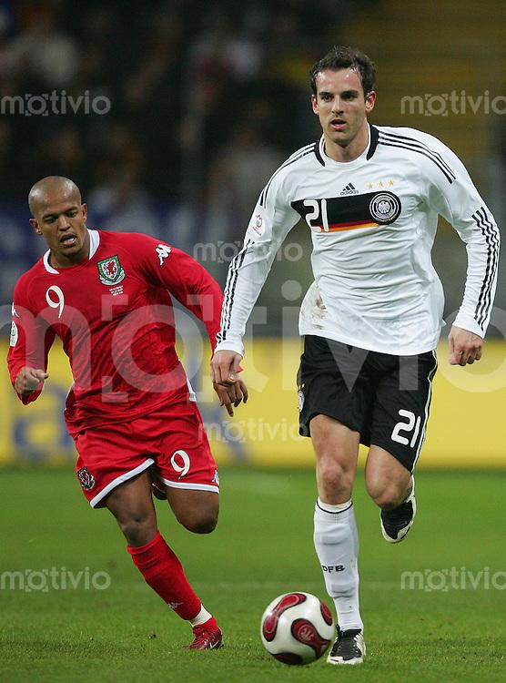 21.11.07 EM Qualifikation Deutschland - Wales Christoph METZELDER (GER, r) gegen Robert EARNSHAW (WAL).