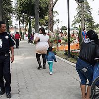 METEPEC, Mexico.- La Secretaria de Seguridad Ciudadana (SSC), elementos de seguridad pública de diferentes municipios, resguardaron las entradas y salidas de los panteones para dar seguridad a los visitantes por el día de los muertos. Agencia MVT. José Hernández.  (DIGITAL)