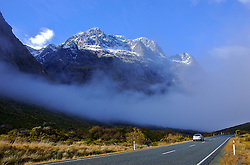 O caminho para Milford Sound é o mais espetacular e mais percorrido pelos turistas que frequentam a Nova Zelândia. Águas que mais parecem espelhos, montanhas com neve, e belas formações rochosas são algumas das atrações do caminho. FOTO: Lucas Uebel/Preview.com