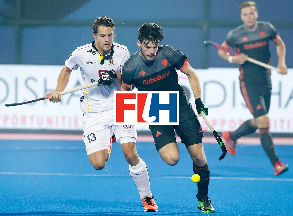 BHUBANESWAR - Lars Balk (Ned) met Nicolas de Kerpel (Bel)  tijdens de Hockey World League Final wedstrijd Belgie-Nederland (3-0).   COPYRIGHT KOEN SUYK