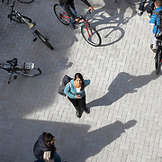 Nederland Rotterdam 23-09-2009 20090923 Serie over onderwijs,  openbare scholengemeenschap. Leerlingen lopen het schoolplein op, de school gaat uit.                                .Foto: David Rozing