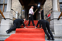 Nederland. Den Haag, 16 september 2008.<br /> Prinsjesdag.<br /> Rode loper bij de Ridderzaal wordt uitgelegd.<br /> Foto Martijn Beekman<br /> NIET VOOR PUBLIKATIE IN LANDELIJKE DAGBLADEN.