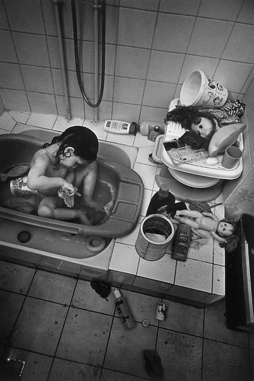 Paris, 1999. Le depart, Leila. Apres 2 jours passes a la maison, les freres de leila rentrent dans leur famille d'acceuil.