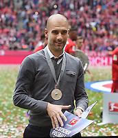 FUSSBALL   1. BUNDESLIGA   SAISON 2014/2015  34. SPIELTAG FC Bayern Muenchen - 1. FSV Mainz 05             23.05.2014 Der FC Bayern feiert die 25. Deutsche Meisterschaft: Trainer Pep Guardiola mit Meisterwimpel