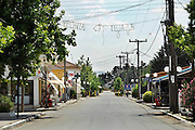 Griekenland, Larissa, 5-7-2008Warme middag in een dorp in de Griekse landbouwgebieden.Mensen blijven binnen of in de schaduw. siesta, siësta.Village in the greek agricultural areas on a warm afternoon. People stay inside or in the shade. Foto: Flip Franssen