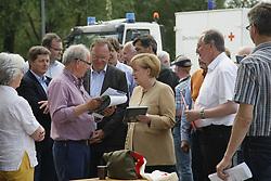 """Der Leiter des Museums """"Altes Zollhaus"""" in Hitzacker, Klaus Lehmann (Mitte), beim Besuch von Bundeskanzlerin Angela Merkel (CDU) und Ministerpräsident Stephan Weil (links neben Merkel) anlässlich des Jahrhunderthochwassers der Elbe im Juni 2013<br /> <br /> Ort: Hitzacker<br /> Copyright: Karin Behr<br /> Quelle: PubliXviewinG"""