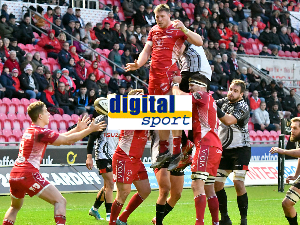 Rugby Ubion_ 2019 / 2020 Guinness Pro14 - Scarlets vs. Southern Kings<br /> <br />  Aaron Shingler Llanelly Scarlets leaps to catch the ball at a lineout to feed Kieran Hardy; Llanelly Scarlets, at Parc y Scarlets, Llanelli. <br /> <br /> COLORSPORT/WINSTON BYNORTH