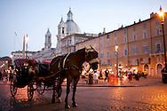 ITA,Italien,Rom,29.07.2008  Eine Pferdekutsche auf der Piazza Navonna in Rom...[ CREDIT: Henning Schacht / www.berlinpressphoto.de  (c) Henning Schacht - Leuthener Str.  1 - 10829 Berlin - phone +49-30-78705770 - info@berlinpressphoto.de  - Veroeffentlichung nur gegen Honorar gemaess MFM plus 7% Mwst, Urhebervermerk und Beleg - No Model Release ] .