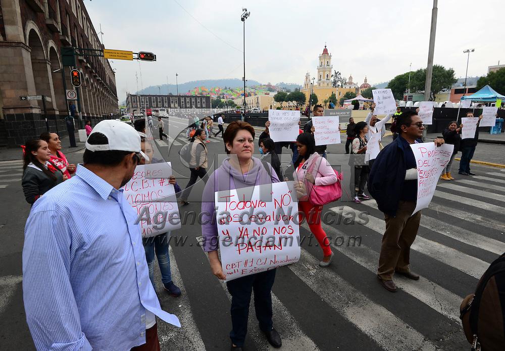Toluca, México (Junio 6, 2016).- Maestros del CBT Núm. 1 en Neza se manifestaron en la avenida Lerdo, de forma intermitente durante los semaforos en rojo,  exigiendo el pago de sus sueldos, ya que desde el mes de abril no se les ha realizado ningún pago.  Agencia MVT / Crisanta Espinosa.