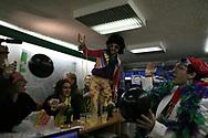 Jeudi noir. 18112006. Paris 11&egrave;me. Action chez un vendeur de liste. Au centre, Disco King, com&eacute;dien et mascote de Jeudi noir.<br /> <br /> Le collectif Jeudi Noir se bat contre les prix &eacute;lev&eacute;s de l&rsquo;immobilier pour les jeunes et les bas salaires. Depuis fin octobre 2006, Jeudi noir s&rsquo;invite lors de visite d&rsquo;appartement en location, &agrave; la vente, dans les agences immobili&egrave;res ou chez des vendeurs de liste pour y faire la f&ecirc;te et revendiquer un &eacute;clatement de la bulle immobili&egrave;re et un interventionnisme de l&rsquo;&Eacute;tat pour r&eacute;guler le march&eacute; immobilier.  Le 31 d&eacute;cembre 2006, le collectif entame une occupation d&rsquo;un immeuble vide, appartenant &agrave; une banque, pr&egrave;s de la place de la Bourse &agrave; Paris, avec les associations Macaq et le DAL, baptis&eacute; le &laquo;minist&egrave;re de la crise du logement &raquo; et qui vise &agrave; &ecirc;tre un lieu de ressource et d&rsquo;&eacute;change sur la crise du logement en France, et &agrave; installer le sujet dans la campagne pr&eacute;sidentielle 2007. S&eacute;rie en cours&hellip;