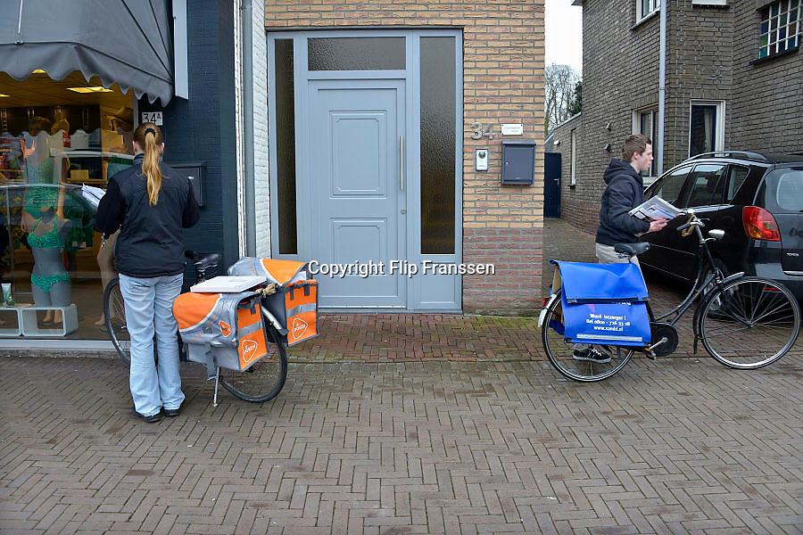 Nederland, Born, 1-3-2013Een postbezorger van Postnl en Sandd passeren elkaar tijdens hun ronde om poststukken te bezorgen.Foto: Flip Franssen/Hollandse Hoogte