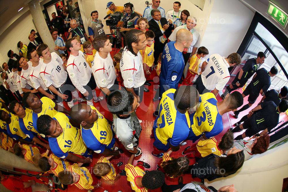 Fussball WM 2006   Achtelfinale   England - Ecuador Die Mannschaften von England und Ecuador warten vor dem Spiel im Kabinentunnel