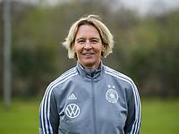 Fußball: DFB, Frauenfußball-Nationalmannschaft, Mannschafts- und Porträtfotos am 03.04.2019 in Marienfeld (Nordrhein-Westfalen). <br /> <br /> Bundestrainerin Martina Voss-Tecklenburg | usage worldwide