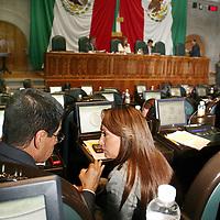 Toluca, México.- Durante la sesión de la LVII Legislatura local en donde se dijo que se modifico la Ley Orgánica de la Legislatura para obligar a que sus sucesores sean puntuales al asistir a las reuniones plenarias, de la Junta de Coordinación o de las propias comisiones, además deberán informar a la legislatura siguiente los pendientes que heredarán a fin de evitar rezagos . Agencia MVT / José Hernández