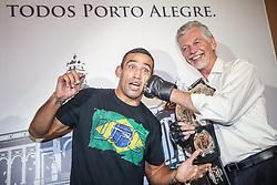 O campeão mundial do UFC, Fabricio Werdum e o prefeito de Porto Alegre, José Fortunati durante encontro na Prefeitura de Porto Alegre. FOTO: Jefferson Bernardes/ InovaFoto.
