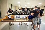 In het Civic center in Battle Mountain werkt het HPT aan de VeloX4. Het Human Power Team Delft en Amsterdam (HPT), dat bestaat uit studenten van de TU Delft en de VU Amsterdam, is in Amerika om te proberen het record snelfietsen te verbreken. Momenteel zijn zij recordhouder, in 2013 reed Sebastiaan Bowier 133,78 km/h in de VeloX3. In Battle Mountain (Nevada) wordt ieder jaar de World Human Powered Speed Challenge gehouden. Tijdens deze wedstrijd wordt geprobeerd zo hard mogelijk te fietsen op pure menskracht. Ze halen snelheden tot 133 km/h. De deelnemers bestaan zowel uit teams van universiteiten als uit hobbyisten. Met de gestroomlijnde fietsen willen ze laten zien wat mogelijk is met menskracht. De speciale ligfietsen kunnen gezien worden als de Formule 1 van het fietsen. De kennis die wordt opgedaan wordt ook gebruikt om duurzaam vervoer verder te ontwikkelen.<br /> <br /> At the civic center in Battle Mountain the HPT is working on the VeloX4. The Human Power Team Delft and Amsterdam, a team by students of the TU Delft and the VU Amsterdam, is in America to set a new  world record speed cycling. I 2013 the team broke the record, Sebastiaan Bowier rode 133,78 km/h (83,13 mph) with the VeloX3. In Battle Mountain (Nevada) each year the World Human Powered Speed Challenge is held. During this race they try to ride on pure manpower as hard as possible. Speeds up to 133 km/h are reached. The participants consist of both teams from universities and from hobbyists. With the sleek bikes they want to show what is possible with human power. The special recumbent bicycles can be seen as the Formula 1 of the bicycle. The knowledge gained is also used to develop sustainable transport.