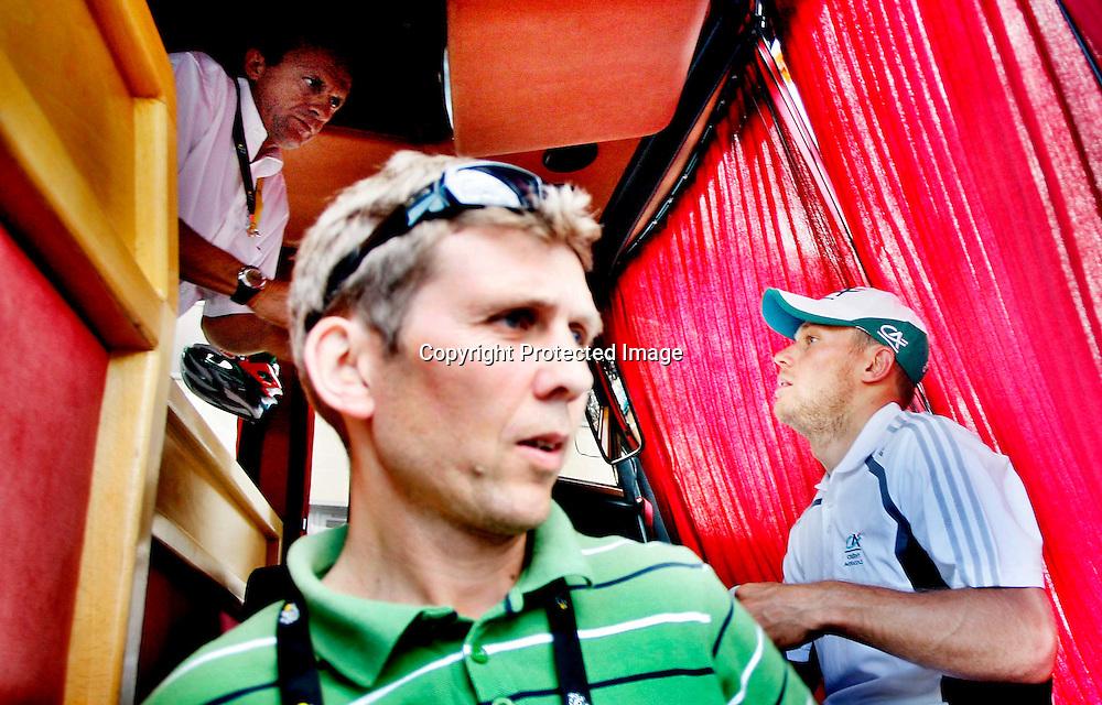 Canterbury, 20070708: Tour de France.Thor Hushovd (t.h.) ble nr. 2. på den første etappen på årets Tour de France. Treneren Atle Kvålsvoll (i front) og Dennis Roux (Credit Agricole-trener) er fornøyde. ....Foto: Daniel Sannum Lauten/Dagbladet *** Local Caption *** Hushovd,Thor ..Kvålsvoll,Atle
