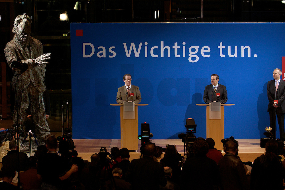07 FEB 2004, BERLIN/GERMANY:<br /> Franz Muentefering (L), SPD Fraktionsvorsitzender, und Gerhard Schroeder (R), SPD, Bundeskanzler, waehrend einer Pressekonferenz zu den Ergebnissen der Sondesitzung des SPD Praesidiums und Parteivorstandes nach der Bekanntgabe des Ruecktritts des Parteivorsitzenden, Willy-Brandt-Haus<br /> IMAGE: 20040207-01-027<br /> KEYWORDS: R&uuml;cktritt, Gerhard Schr&ouml;der, Franz M&uuml;ntefering