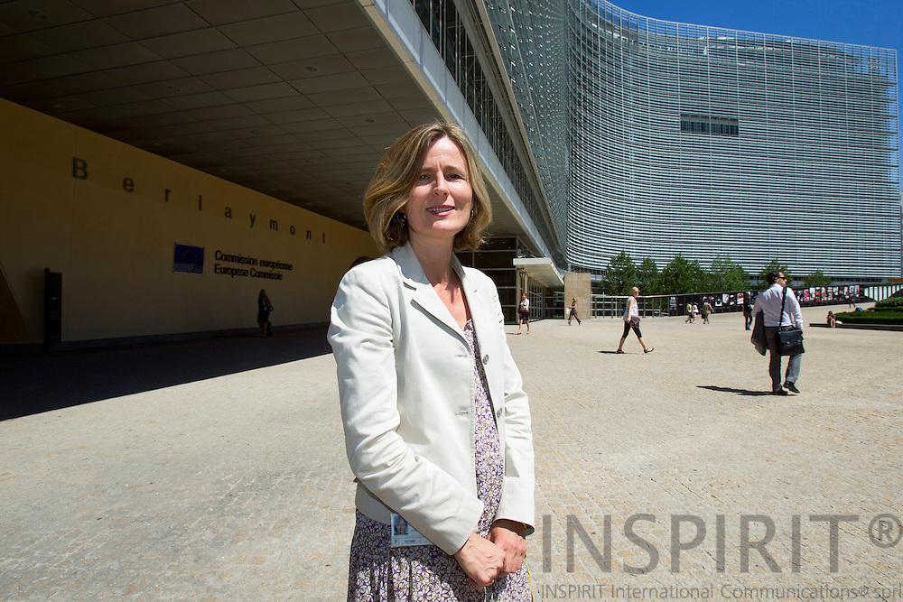 Pia Ahrenkilde Hansen, talskvinde for Europa-Kommission, med kommissionens hovedkvarter, Berlaymont, i baggrunden. PHOTO: ERIK LUNTANG / INSPIRIT Photo