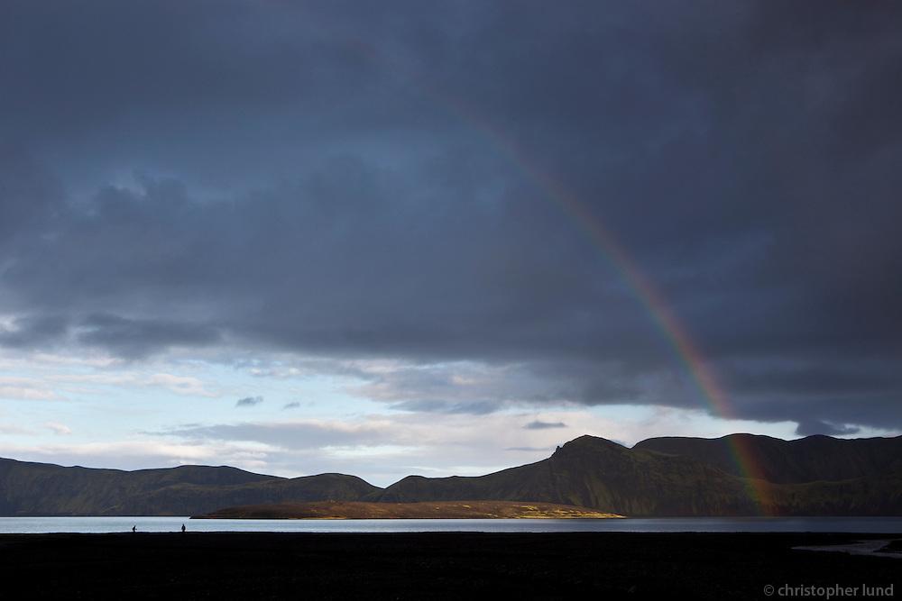 Regnbogi heilsar ferðamönnum við Langasjó. A rainbow greets hikers by lake Langisjor.