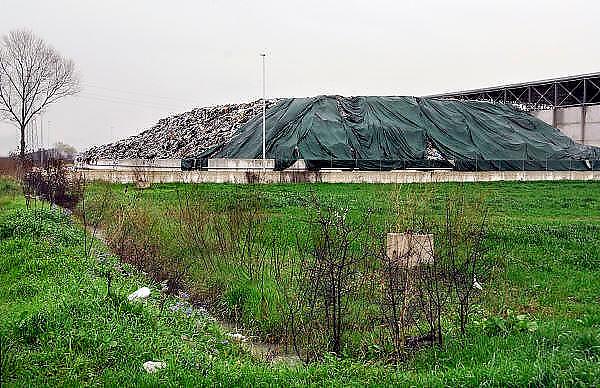 Italie, Carditello, 6-3-2008..Een van de talloze vuilstortplaatsen in de regio ten noorden van Napels. De stad weet met zijn afval geen raad meer en in het hele gebied liggen illegale hopen afval. Een nieuwe vuilverbrandingsoven is pas in 2009 bedrijfsklaar. Tot die tijd heeft de maffia, camorra grote invloed op de afvalverwerking van deze stad...Industrieel afval en huishoudelijk afval veroorzaken grote water en bodemvervuiling, terwijl de streek een belangrijk tuinbouwgebied is...Foto: Flip Franssen