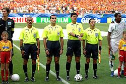 16-06-2006 VOETBAL: FIFA WORLD CUP: NEDERLAND - IVOORKUST: STUTTGART <br /> Oranje won in Stuttgart ook de tweede groepswedstrijd. Nederland versloeg Ivoorkust met 2-1 / Scheidsrechter Oscar Ruiz en assistenten - referee<br /> ©2006-WWW.FOTOHOOGENDOORN.NL